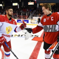 The captain exchange gifts prior to Thrusday's game. Nov 9, 2017 (Aaron Bell/CHL Images)